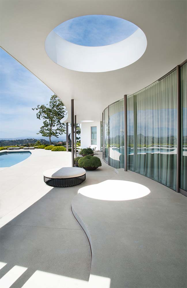 Luxury villa with curved wall in Beverly Hills