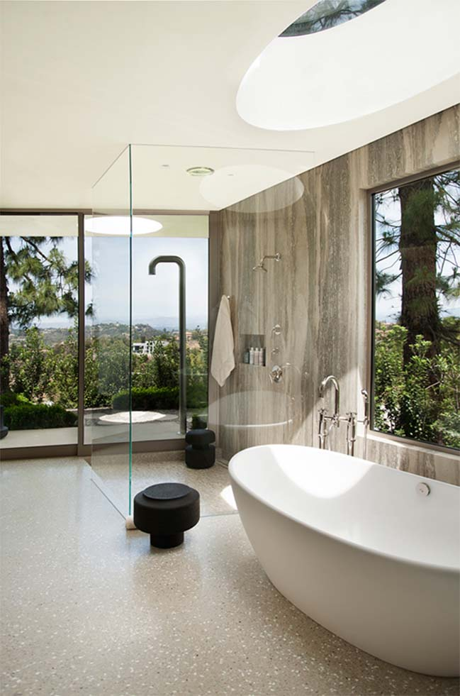 Luxury villa with curved wall in beverly hills ca for Luxury homes in beverly hills ca