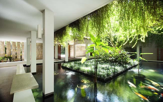 Tanglin Hill: Luxury villa by Guz Architects