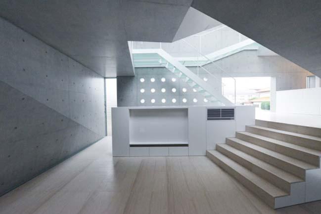 Futuristic concrete townhouse by fuse-atelier