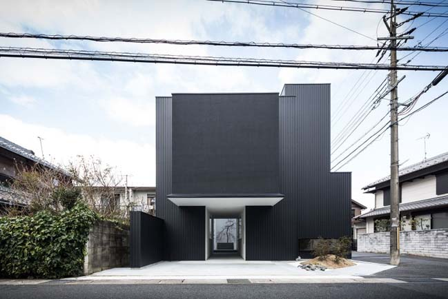 Black modern townhouse by kouichi kimura architects for Modern townhouse architecture
