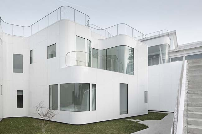 Elegant white house by Dosis De Arquitectura