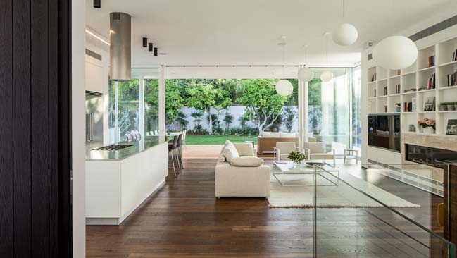 White modern house by Blatman-Cohen Architecture Design