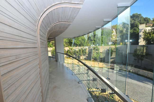 Glass house by Nico Van Der Meulen Architects