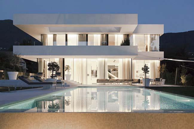Luxury villa by Monovolume Architecture + Design