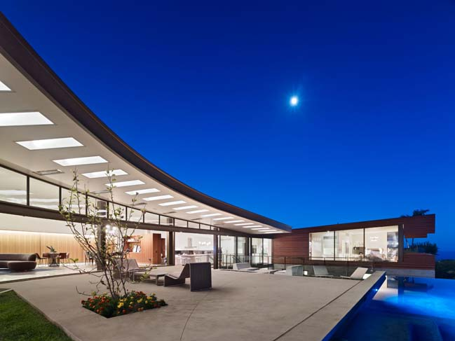 Dream house with curved walls in Los Angeles