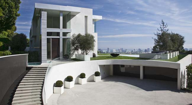 Luxury villa with a circular court in Los Angeles