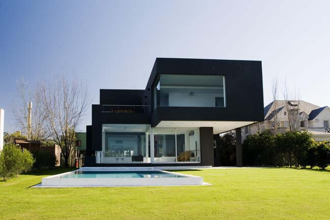 Black house for a young couple in Argentina