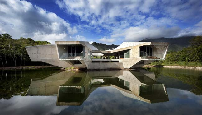 Amazing concrete house by Charles Wright Architects