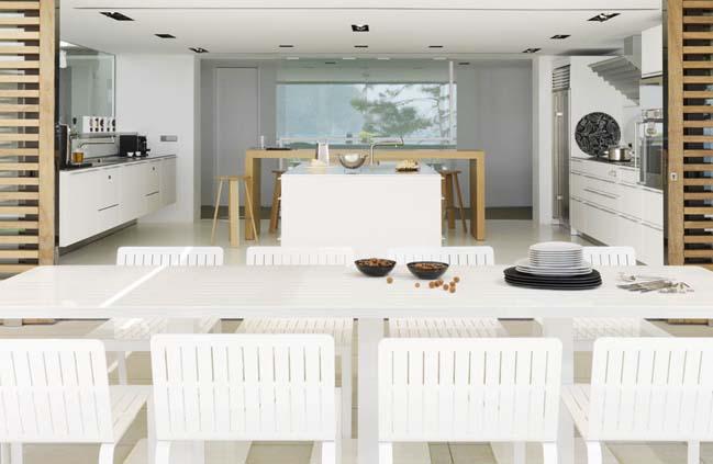 Luxury villa with pure white interior by Susanna Cost Interior Design