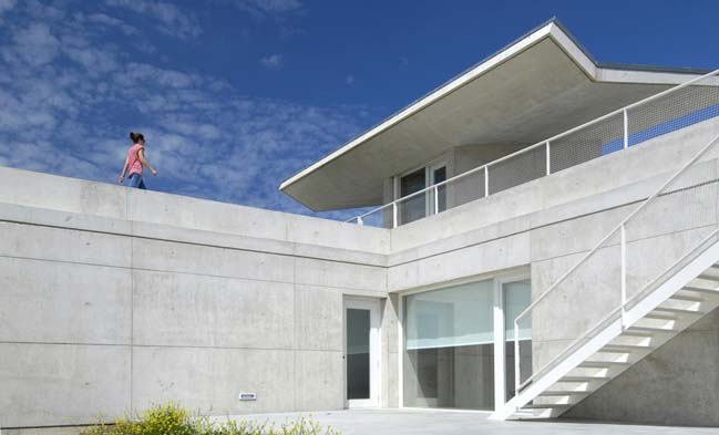 Concrete house with floating structure and roof garden