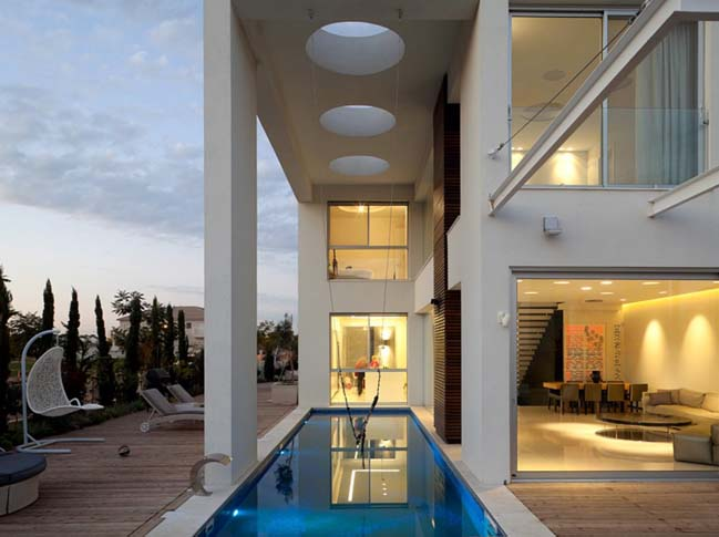 Modern house by by Dan and Hila Israelevitz Architects