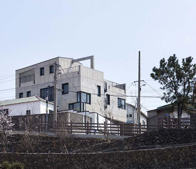 Modern concrete house by Studio Gaon