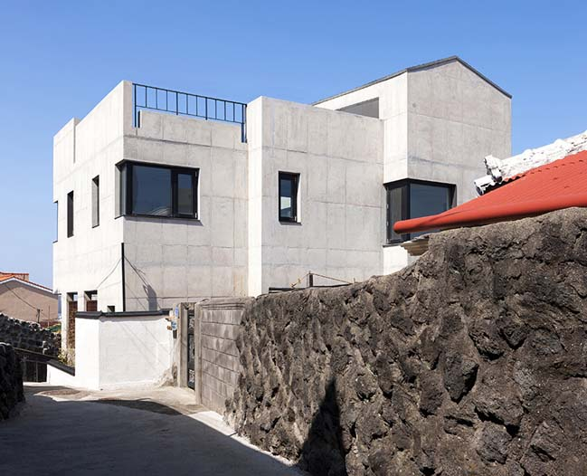 Modern concrete house by Studio Gaon