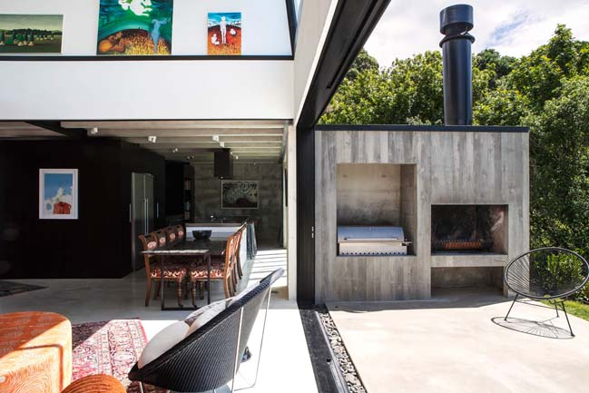 Modern concrete house by Dorrington Atcheson Architects