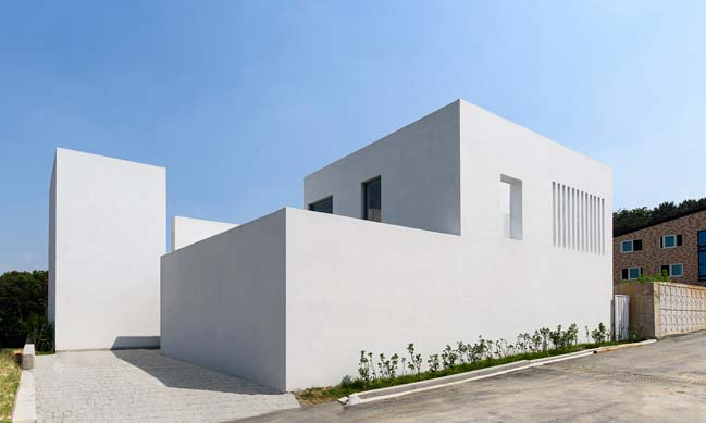 White modern house by LEELIST and Leejae Architects