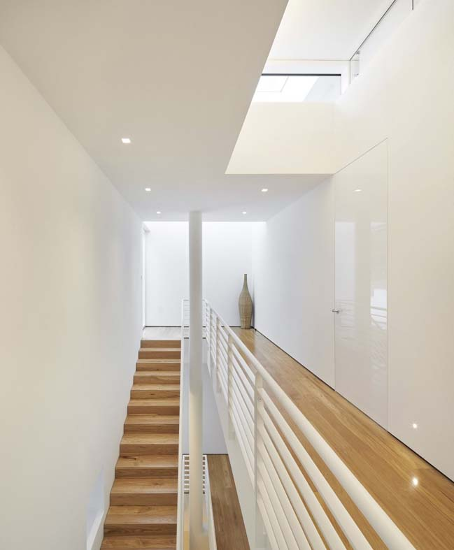 White modern house in England by Richard Meier & Partners Architects