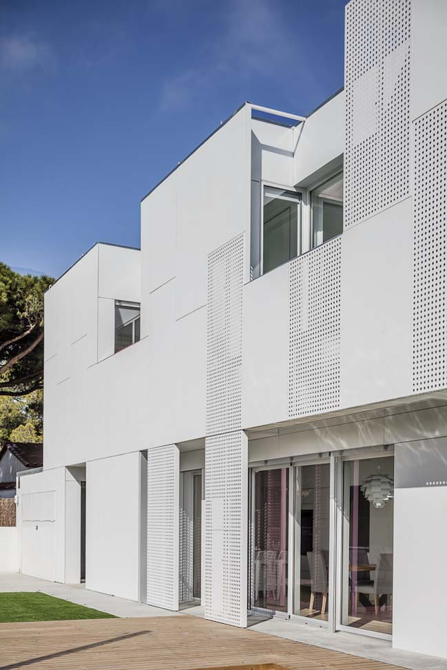White single family house in spain by ral for Modern single family homes