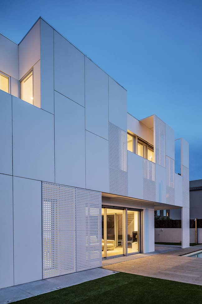 Contemporary Home Single Family House In Kifisia: White Single Family House In Spain By Ral