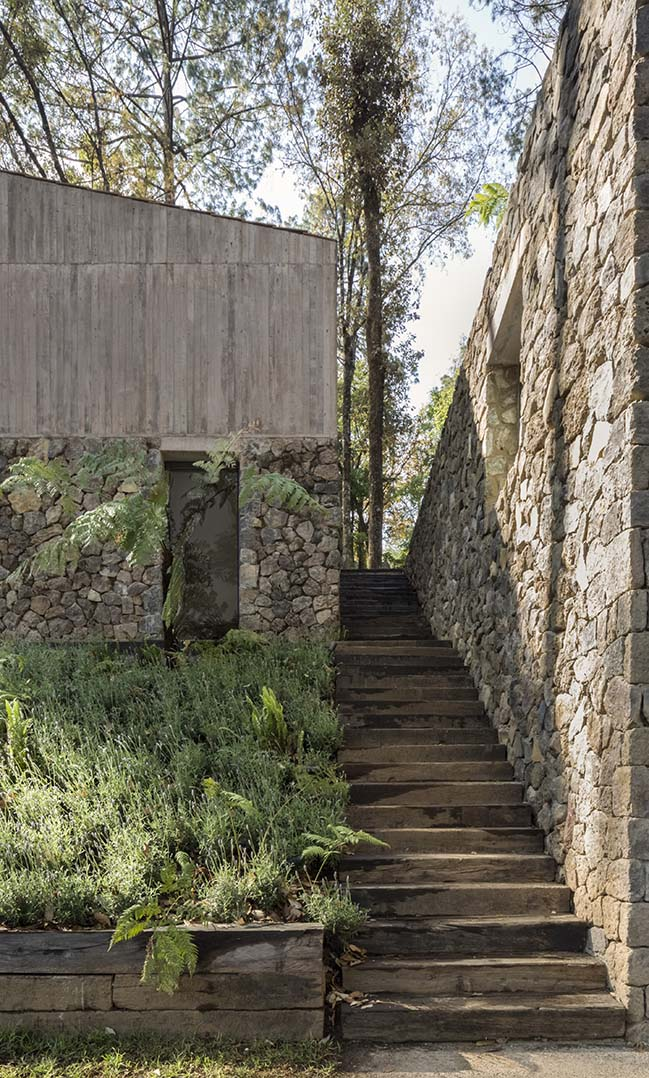 L House in Valle de Bravo by Dellekamp Arquitectos