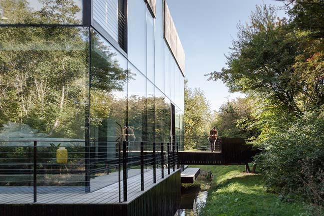 Glass villa on the lake in Lechlade by Mecanoo