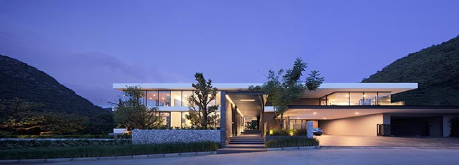 Horizontal house by Ayutt and Associates design