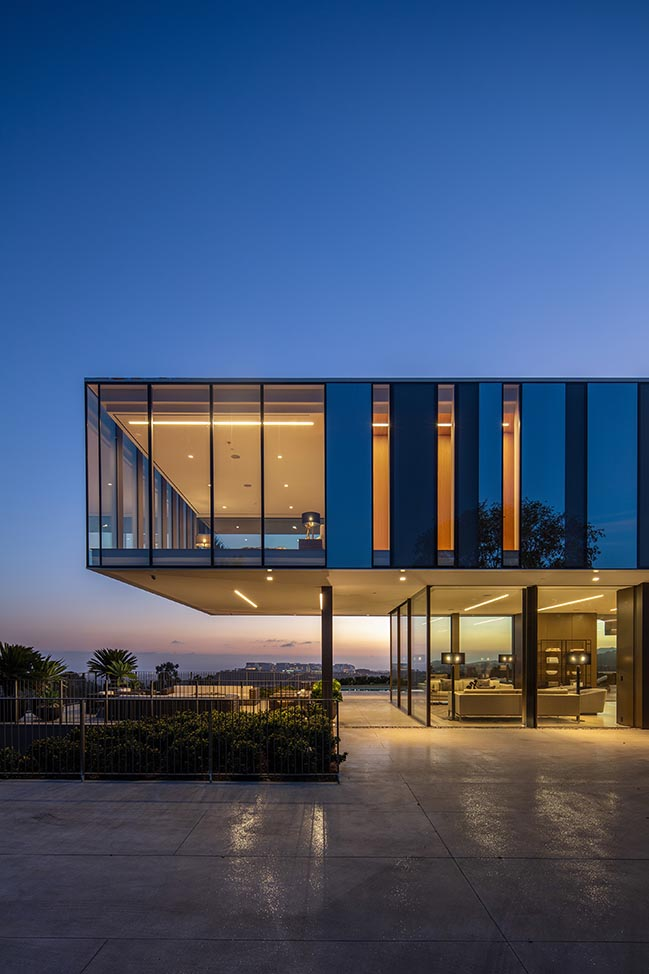SPF:architects completes propeller-shaped glass house in Bel Air