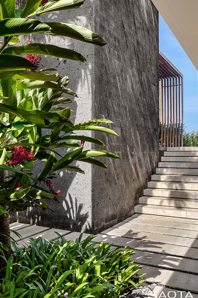 Uluwatu: resort‐inspired home in Bali by SAOTA