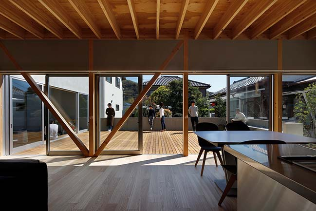 Terrace in the Town by YAMAZAKI KENTARO DESIGN WORKSHOP
