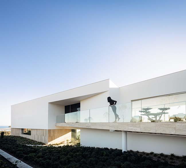 Villa Pernoi by Mário Martins Atelier