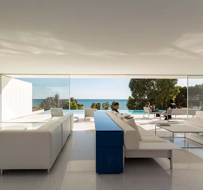 House over the horizon by Fran Silvestre Arquitectos