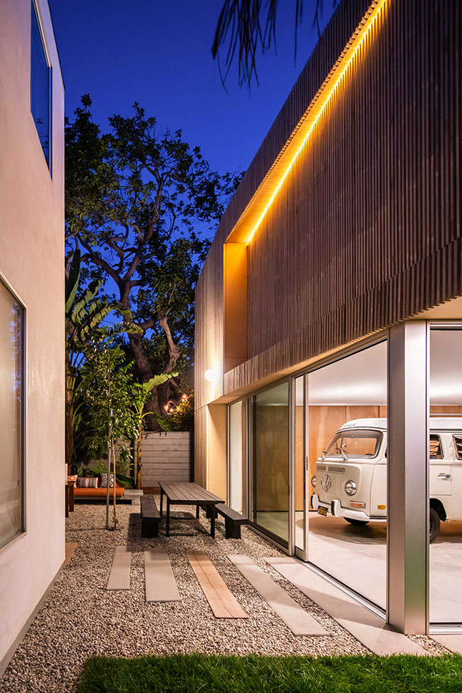 Two-story single-family residence in Los Angeles by Bau10