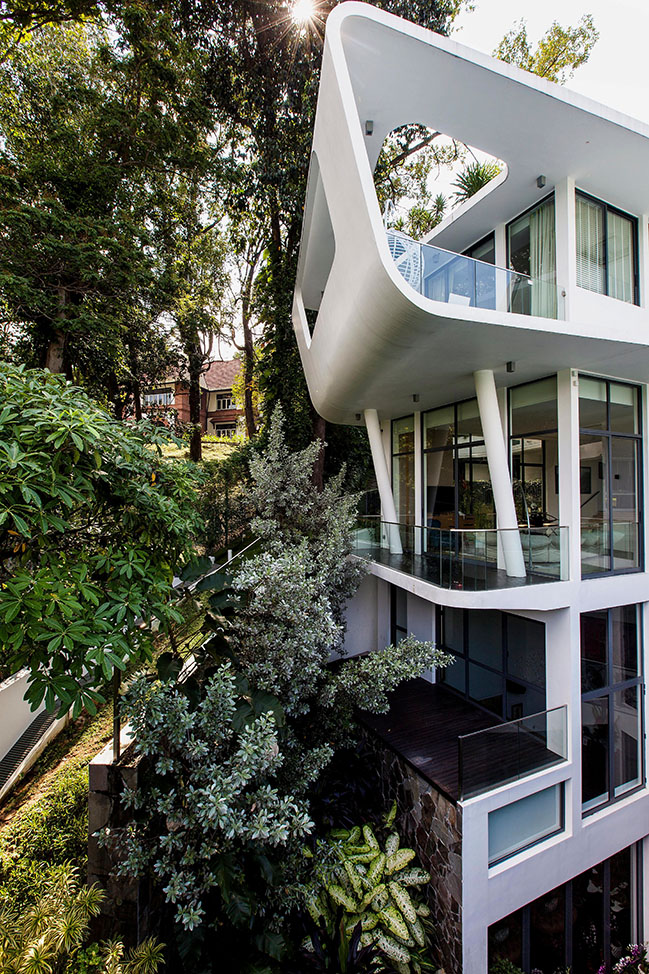 Fluidity on the Hill by Aamer Architects