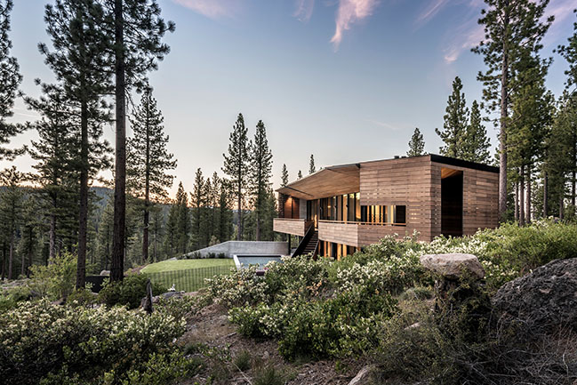 Faulkner Architects designed a new residence overlooking the Sierra Nevada mountains